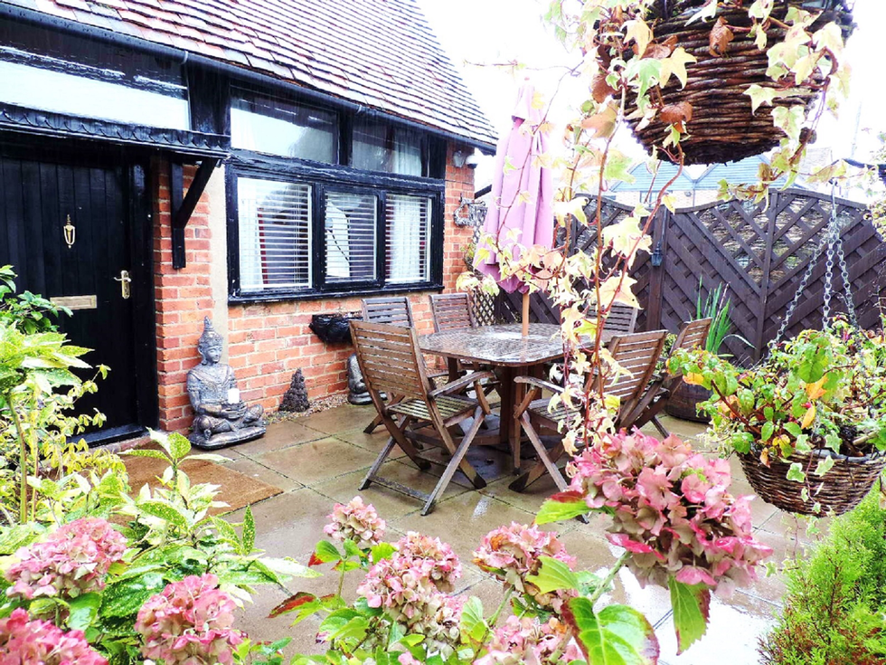 Self Catering Cottage private courtyard garden The Barn Old Amersham accommodation Crown Hotel behind